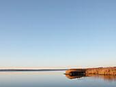 Aussen, Außen, Blau, Blauer Himmel, Entfernt, Farbe, Fern, Himmel, Horizont, Horizontal, Horizonte, Landschaft, Landschaften, Meer, Natur, Niemand, Ökosystem, Ökosysteme, See, Stille, Sumpf, Sümpfe, Tageszeit, Verlassen, Wildnis, L34-301685, agefotostock
