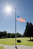 4. Juli, Amerika, amerikanische Fahne, Aussen, Außen, Baum, Bäume, Blau, Blauer Himmel, Fahne, Fahnen, Fahnenmast, Fahnenmasten, Farbe, Flagge, Flaggen, Fourth of Juli, Gras, Grün, Himmel, Konzept, Konzepte, Land, Länder, Nordamerika, Patriotismus, Rasen