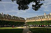 View of Place des Vosges, oldest public square in Paris, 1612, Marais, 4. Arrondissement, Paris, France, Europe