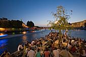 Menschen suchen Entspannung auf der Spitze der Isle de la Cité am Abend, Paris, Frankreich, Europa