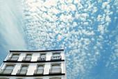 Architektur, Außen, Balkon, Balkone, Bewölkt, Farbe, Fassade, Fassaden, Froschperspektive, Gebäude, Haus, Häuser, Himmel, Höhe, Konzept, Konzepte, Tageszeit, Wolke, Wolken, L55-433404, agefotostock