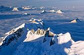 Alpen, Außen, Berg, Berge, Farbe, Geheimnis, Geheimnisvoll, Gipfel, Höhe, Horizontal, Jahreszeit, Jahreszeiten, Kalt, Kälte, Landschaft, Landschaften, Luftaufnahme, Luftaufnahmen, Natur, Nebel, Schatten, Schnee, Schneebedeckt, schneebedeckt, Sonnig, Spitz