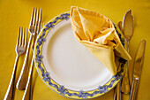 Close up, Close-up, Closeup, Color, Colour, Concept, Concepts, Cutlery, Dish, Dishes, Fish knife, Fish knives, Indoor, Indoors, Interior, Napkin, Napkins, Object, Objects, Plate, Plates, Ready, Restaurant, Restaurants, Serviette, Serviettes, Still life, T