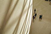 Architektur, Besucher, British Museum, England, Europa, Farbe, Fünf, Fünf Personen, Gebäude, Gehen, Gehend, Gehende, Geschichte, Höhe, Innen, Kultur, Kunstmuseum, London, Mensch, Menschen, Museen, Museum, Sonnenlicht, Sonnig, Struktur, Tageszeit, Textur,