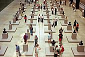 Aufgestellt, Ausstellung, Ausstellungen, Ausstellungstück, Ausstellungstücke, Besucher, Farbe, Freizeit, Ganzkörper, Ganzkörperaufnahme, Innen, Installation, Installierungen, Kultur, Kunst, Liniert, Mensch, Menschen, Museen, Museum, Reihe, Reihen, Ruder,