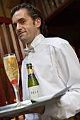 Freundlicher Kellner in der Abaco Cocktail Bar in der Altstadt, Palma, Mallorca, Balearen, Spanien, Europa