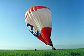 Abenteuersport, Aussen, Blau, Blauer Himmel, Draussen, Erwachsene, Erwachsener, Fallen, Farbe, Fest, Feste, Freizeit, Gras, Grün, Himmel, Hobby, Hobbys, Korb, Körbe, Land, Luftballon, Luftballons, Mensch, Menschen, Patsche, Rasen, Schwierigkeit, Schwierig