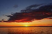 Abend, Farbe, Geräuschlosigkeit, Himmel, Landschaft, Landschaften, Natur, Ruhe, Ruhig, Schönheit, Sonne, Sonnenuntergang, Sonnenuntergänge, Still, Stimmung, Wasser, Wolke, Wolken, N50-425985, agefotostock