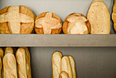 Aliment, Aliments, Arrangement, Assorted, Baguette, Bakers shop, Bakers shops, Bakeries, Bakery, Bread, Color, Colour, Commerce, Detail, Details, Extended, Food, Foodstuff, For sale, French bread, Healthy, Healthy food, Home-made bread, Horizontal, Indoor