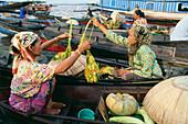 Frauen handeln auf Schwimmendem Markt in Banjarmasin, Süd-Kalimantan, Indonesien
