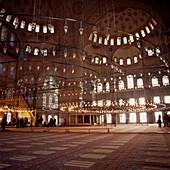 Architektur, Asien, beleuchten, Beleuchtung, Europa, Farbe, Innen, Islam, Islamische Architektur, Islamismus, Lampe, Lampen, Länder, Lichter, Moschee, Moscheen, Plätze der Welt, Reisen, Religion, Sehenswürdigkeit, Sehenswürdigkeiten, Tempel, Türkei, Wahrz