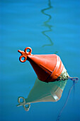Außen, Blau, Boje, Bojen, Eins, Farbe, Gegenstand, Gegenstände, Geräuschlosigkeit, Hafen, Häfen, Konzept, Konzepte, Meer, Reflektion, Reflektionen, Ruhe, Ruhig, Sachaufnahme, Seil, Seile, Spiegelbild, Spiegelbilder, Spiegelung, Still, Tageszeit, Wasser, T