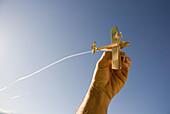 Aussen, Blau, Blauer Himmel, Draussen, Ein, Eine Person, Eins, Farbe, Flachwinkelansicht, Fliegen, Flug, Flüge, Flugzeug, Flugzeuge, Froschperspektive, Gegenstand, Gegenstände, Hand, Hände, Himmel, Horizontal, Konzept, Konzepte, Mensch, Menschen, Namenlos