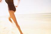 Aktivität, Außen, Bein, Beine, Bewegung, Eine Person, Eins, Erwachsene, Erwachsener, Farbe, Fit, Frau, Frauen, Frauen (nur), Freizeit, Horizontal, In form, Jogging, Küste, Laufen, Laufend, Laufende, Läufer, Mensch, Menschen, Namenlos, Rückenansicht, Sport