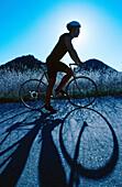 Aktivität, Allein, Alleine, Außen, Bergauf, Blau, Eine Person, Eins, Einzeln, einzig, Erwachsene, Erwachsener, Fahren, Fahrrad, Fahrräder, Fahrradfahren, Farbe, Fit, Gesundheit, Hang, Hänge, In form, Land, Landstraße, Landstraßen, Mann, Männer, Männer (nu