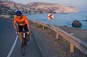 Thomas Wegmüller beim Fahrradfahren beim Geburtsort der Aphrodite, Petra tou Romiou, Zypern