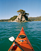 Kayak in front of a small island at Torrent Bay, Abel Tasman National Park, North Coast, South Island, New Zealand