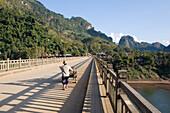 Ein Mensch auf der Brücke über den Fluss Nam Ou bei dem Dorf Nong Kiao, Provinz Luang Prabang, Laos