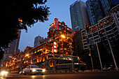 Abendliche Stimmung an der Hongyadong Folklore Mall, Chongqing, China, Asien