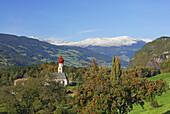 Blick übers Eisacktal mit Apfelbaum und Kirchturm, Dolomiten, Südtirol, Italien