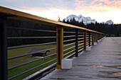 Blick von einer Hotelterrasse auf Gebirge und Abendhimmel, Kranzbach, Werdenfelser Land, Bayern, Deutschland