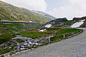Berglandschaft mit Bergpass und Tunnel, St. Gotthard Pass, Schweiz