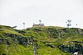 Gebäude auf einem Hügel, Berglandschaft, Wallis, Schweiz