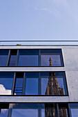 Außenaufnahme vom Gebäude, Spiegelung der Kirche im Fenster, Ulm, Baden Württemberg, Deutschland