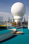 Detail eines menschenleeren Decks auf dem Kreuzfahrtschiff Aidadiva, Hamburg, Deutschland