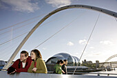 UK, England, Northumberland, Newcastle-upon-Tyne, Quayside, River Tyne, Gateshead Millenium Bridge, couple