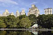 Gebäude spiegeln sich im Teich, Central Park, Manhattan, New York City, New York, USA