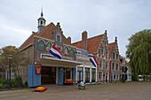Aussenaufnahme des Käsemuseums unter Wolkenhimmel, Edam, Holland, Europa