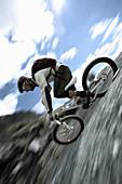 Mountainbiker fährt einen Abhang hinab, Ischgl, Tirol, Österreich