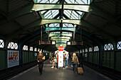 Menschen an der U-Bahnstation Eberswalder Straße bei Tag, Prenzlauer Berg, Berlin, Deutschland, Europa