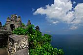 Tempel Pura Luhur Uluwatu auf einem Kliff unter blauem Himmel, Süd Bali, Indonesien, Asien