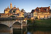Bridge over river l'Isle in the morning, Périgueux cathedral, Saint Front Cathedral in the background, The Way of St. James, Roads to Santiago, Chemins de Saint-Jacques, Via Lemovicensis, Périgueux, Dept. Dordogne, Région Aquitaine, France, Europe
