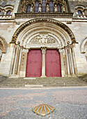 Scallop shell on the pavement in front of Vezelay abbey, St Mary Magdalene Basilica, West side, The Way of St. James, Chemins de Saint Jacques, Via Lemovicensis, Vézelay, Dept. Yonne, Burgundy, France, Europe