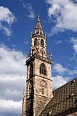 Kirchturm unter Wolkenhimmel, Bozen, Südtirol, Italien, Europa