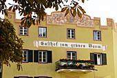 Blick auf die Fassade des Gasthofs zum grünen Baum, Glurns, Vinschgau, Südtirol, Italien, Europa