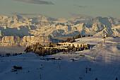 Hotel und Sessellift mit Bergpanorama, Seiser Alm, Südtirol, Italien