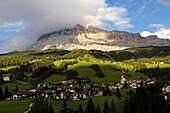 Village of St. Leonhard and Kreuzkofel mountain, Fanes Sennes Prags nature reserve park, Abtei, Badia, Ladin valley, Gadertal, Südtirol, Italien
