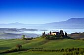Landhaus mit Zypressen unter blauem Himmel, Val d'Orcia, Toskana, Italien, Europa