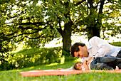 Vater und Tochter spielen auf einer Wiese, Englischer Garten, München, Bayern, Deutschland