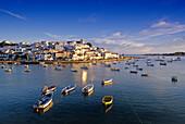 Fischerboote im Sonnenlicht vor der Hafenstadt Ferragudo, Algarve, Portugal, Europa