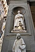 Ein verkleideter Mensch unter einer Statue, Florenz, Toskana, Italien, Europa