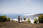 Wanderer, Mutter und Tochter betrachten den Aussicht, Pause über den Wolken, El Golfo, Camino de la Virgin, Wanderweg, El Hierro, Kanarische Inseln, Spanien