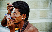 20 to 25 years, 20 to 30 years, 20-25 years, 20-30 years, Face, Ghat, Ghats, India, Makeup, Man, Mirror, Portrait, Religion, Sadu, Steps, Twenties, Varanasi, F17-704597, agefotostock