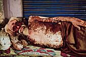 50-55 Jahre, 50-60 Jahre, Alt, Erkrankung, Haut, Heimatlosobdachlos, Krankheit, Legen, Mann, Mensch, Ruhe, Schlafen, Strasse, Unordnung, Varanasi, Vitiligo, F17-704599, agefotostock