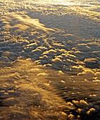 Atmosphäre, besonder, Blau, drin, Effekte, Fahrt, Fahrten, Farbe, Fenster, Fliege, Fliegen, Flug, Flüge, Flügel, Flugzeug, Flugzeuge, Himmel, Horizont, Horizontal, Horizonte, Innen, Interieur, Landschaft, Landschaftlich schön, Leichtigkeit, Licht, Reise,