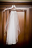 Bereit, Brautkleid, Brautkleider, Elegant, Eleganz, Farbe, Hängen, Hängend, Hängende, Hochzeit, Hochzeiten, Holz, Hölzern, Innen, Kleiderbügel, Kleiderschrank, Kleiderschränke, Konzept, Konzepte, Räume, Schleier, Schrank, Schränke, Tradition, Traditionen,